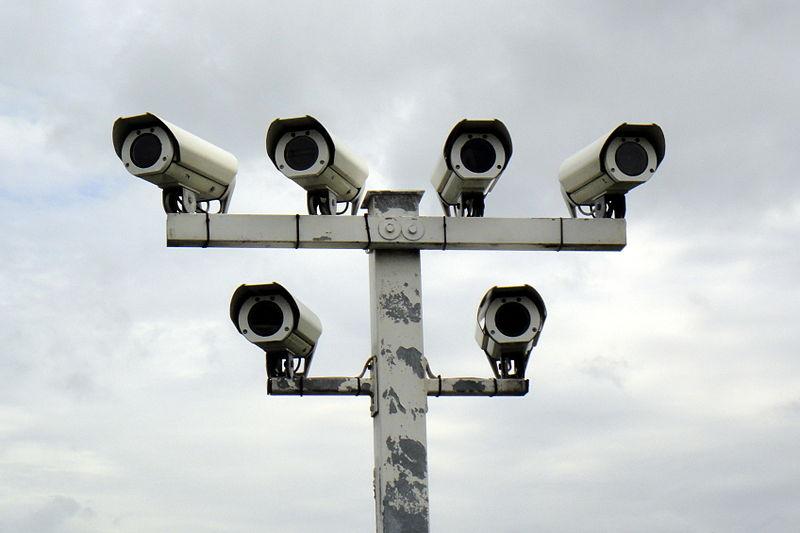 800px-Überwachungskameras_Autohof_in_Thüringen_an_A9_03.06.2013_10-07-08